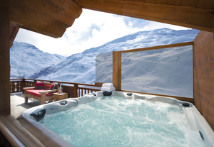 Chalet Corbeau hot tub